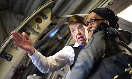82χρονη αεροσυνοδός συμπλήρωσε 60 έτη εργασίας και συνεχίζει ακούραστη γι' ακόμη περισσότερα!