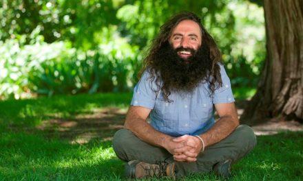 Ο Κώστας Γεωργιάδης κάνει την κηπουρική να μοιάζει διασκέδαση και οι Αυστραλοί τον λατρεύουν!