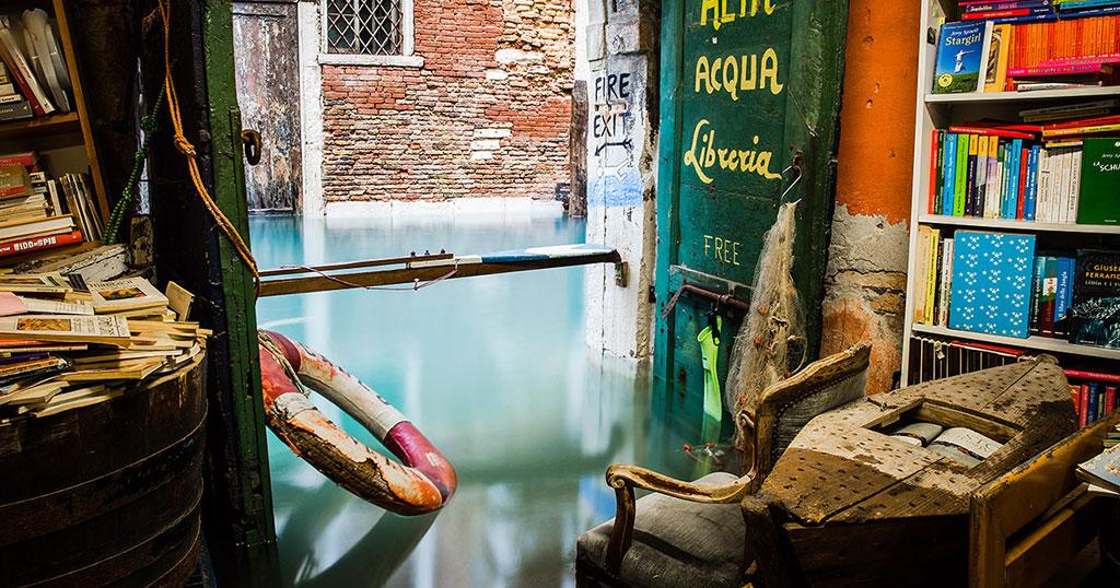 Στη Βενετία θα συναντήσεις ένα βιβλιοπωλείο που βρίσκεται κυριολεκτικά μέσα στο νερό