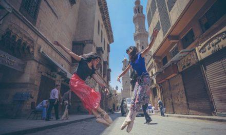 Οι μπαλαρίνες του Καΐρου πολεμούν τις βλαβερές κοινωνικές αντιλήψεις της χώρας τους, με χορευτικές φιγούρες