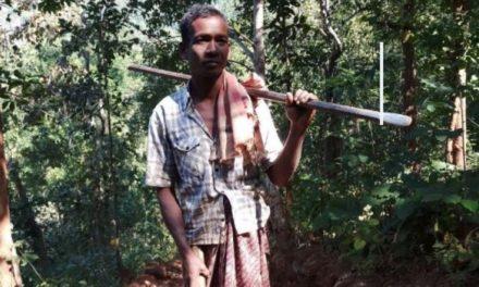 Ένας πατέρας στην Ινδία άνοιξε δρόμο μέσα στη ζούγκλα για να έχουν τα παιδιά του ασφαλή πρόσβαση στο σχολείο