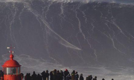 Ο ριψοκίνδυνoς σέρφερ Sebastian Steudtner δαμάζει ένα από τα μεγαλύτερα κύματα στις ακτές της Πορτογαλίας