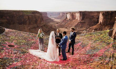 Ζευγάρι παντρεύεται πάνω σ' ένα δίχτυ, που αιωρείται 120 μέτρα πάνω από τη γη