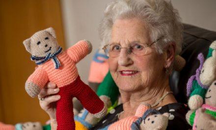 Η 91χρονη Phyllis Reeve έχει πλέξει πάνω από 8.000 αρκουδάκια για φιλανθρωπικό σκοπό