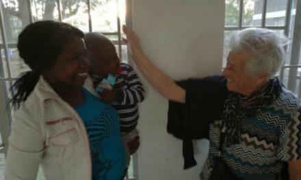 93χρονη ταξιδεύει στην Κένυα με σκοπό να προσφέρει εθελοντική εργασία σε ορφανοτροφείο