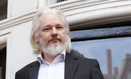 Ο Julian Assange του WikiLeaks γράφει μήνυμα στο twitter στην αρχαία ελληνική γλώσσα!