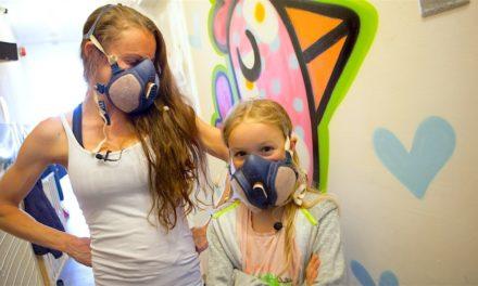 Μητέρα κι η 10χρονη κόρη της, είναι καλλιτέχνες του δρόμου και γεμίζουν τους τοίχους με χρωματιστά κοτοπουλάκια