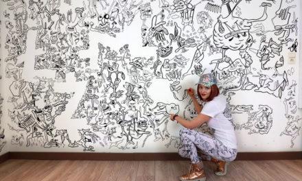 Μια εικονογράφος χρησιμοποιεί για καμβά κάθε τοίχο του σπιτιού της και τους γεμίζει με αφηρημένα σχέδια