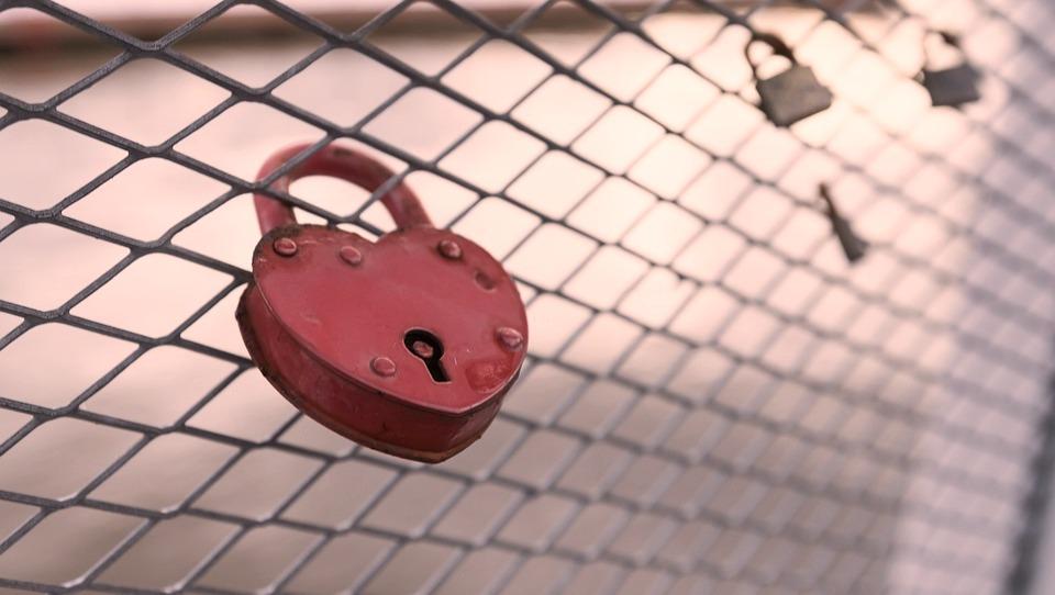 Γκρεμίζει ο έρωτας τις άμυνες ή οι άμυνες τον έρωτα;