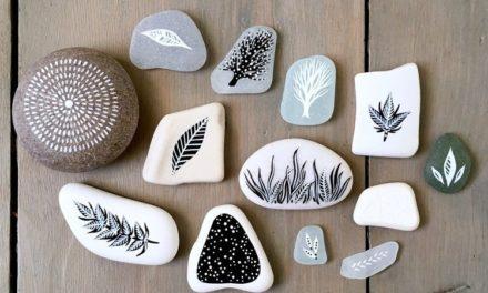 Η Natasha Newton χρησιμοποιεί ως καμβά για τα έργα της, πέτρες ή βότσαλα που βρίσκει στις βόλτες της στη θάλασσα