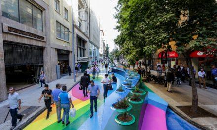 Ένας πολυσύχναστος δρόμος στη Χιλή μετατρέπεται σε πολύχρωμο πεζοδρόμιο!