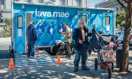 Λεωφορεία «φροντίδας» προσφέρουν υπηρεσίες προσωπικής υγιεινής σε άστεγους