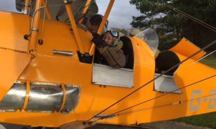 Η Eileen Ash είναι 106 ετών κι οδηγεί, γυμνάζεται, κάνει γιόγκα και πτήσεις με Tiger Moth!