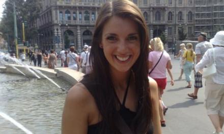 H 29χρονη Mia Austin χρησιμοποιεί ως πένα τα μάτια της και γράφει για τη ζωή της