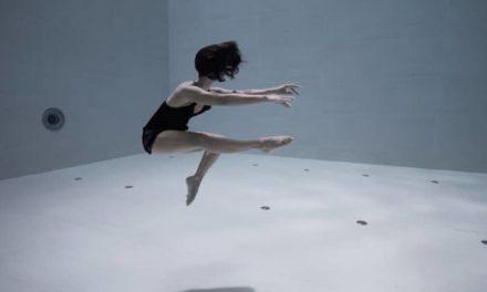 Μια εκπληκτική υποβρύχια χορογραφία από τη Julie Gautier, στην πιο βαθιά πισίνα του κόσμου