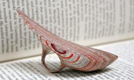 Χειροποίητα κοσμήματα με πρώτη ύλη σελίδες παλιών βιβλίων