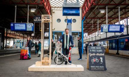 Cyclo Knitter : H μηχανή -ποδήλατο που πλέκει ένα κασκόλ σε 5 μόλις λεπτά!