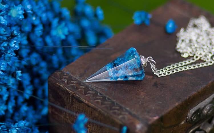 Κοσμήματα που κλείνουν αληθινά λουλούδια μέσα τους