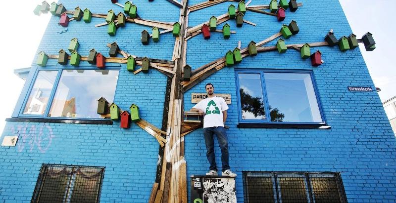 Ένας Δανός καλλιτέχνης έχει δημιουργήσει περισσότερα από 3.500 οικολογικά σπίτια για πουλιά