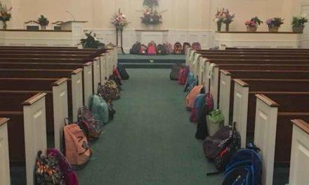 Δείτε γιατί χιλιάδες άνθρωποι έφεραν σακίδια πλάτης αντί για λουλούδια στην κηδεία μίας γυναίκας