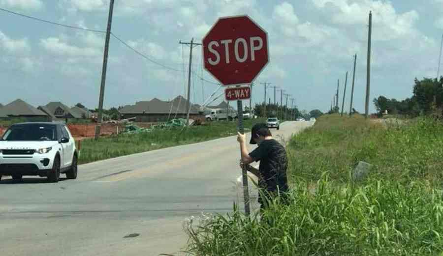 Ένας άντρας ξόδεψε ώρες κρατώντας μία σπασμένη πινακίδα «STOP» μέσα στον καύσωνα για ν' αποφευχθούν ατυχήματα