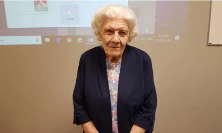 Στα 101 της χρόνια παραδίδει εθελοντικά μαθήματα υπολογιστών!