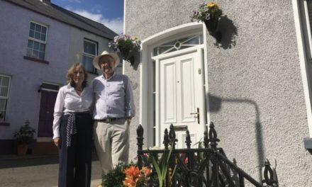 Ένα ζευγάρι προτίμησε να διακοσμήσει με λουλούδια τη γειτονιά του κι όχι να κάνει ταξίδι του μέλιτος