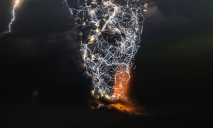 Ο Francisco Negroni φυλακίζει στον φακό κεραυνούς πάνω από εκρήξεις ηφαιστείων!
