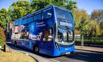 Ένα επιβατηγό λεωφορείο που καθαρίζει τον αέρα άρχισε να κυκλοφορεί στο Ηνωμένο Βασίλειο