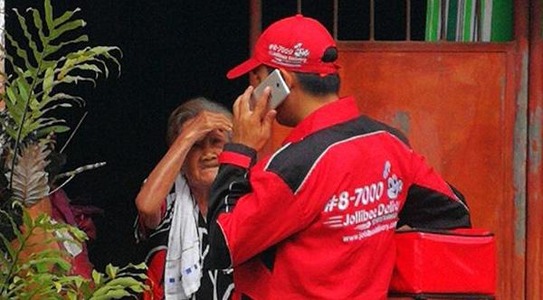 Ένας άνδρας που έκανε delivery βοηθά μία 92χρονη γυναίκα να κάνει την πρώτη της παραγγελία