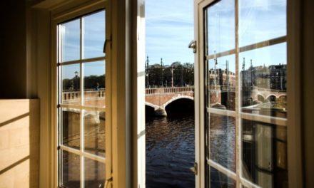 Μικροσκοπικά πολυτελή ξενοδοχεία δίπλα στη γέφυρα του Άμστερνταμ