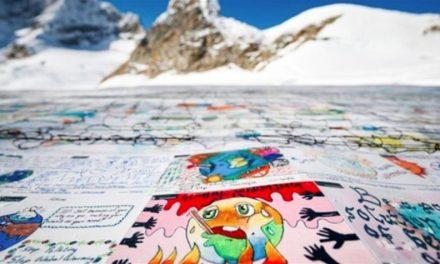 Τα παιδιά στέλνουν μήνυμα για την κλιματική αλλαγή πάνω στο μεγαλύτερο καρτ ποστάλ του κόσμου