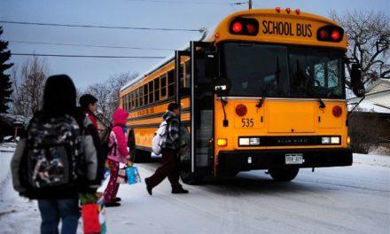 Οδηγός σχολικού λεωφορείου κάνει την πιο όμορφη έκπληξη σε μικρούς μαθητές