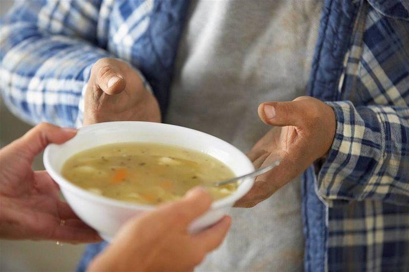 Σεφ φτιάχνουν σούπα για τους άστεγους της Αγίας Πετρούπολης