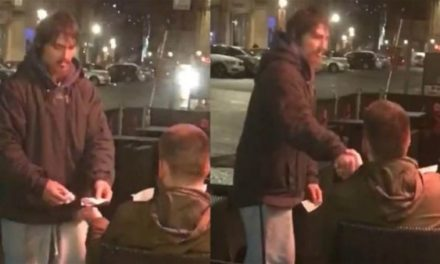 Έδωσε σε άστεγο την κάρτα του για να σηκώσει όσα χρήματα ήθελε κι εκείνος επέστρεψε με την απόδειξη της ανάληψης