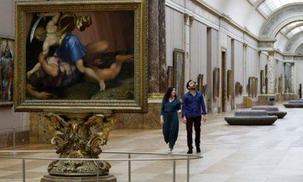 Μία… ιδιωτική νύχτα στο μουσείο του Λούβρου για έναν τυχερό επισκέπτη