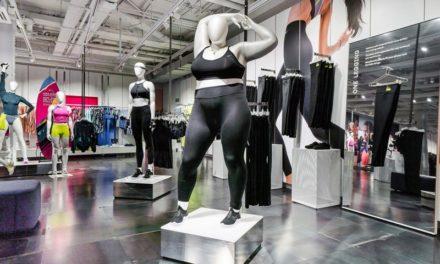 Η Nike έβαλε για πρώτη φορά σε κατάστημα κούκλες βιτρίνας με καμπύλες