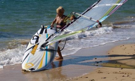 Μια 81χρονη από την Κεφαλονιά θα κάνει τον διάπλου Κυλλήνη-Σκάλα με windsurf