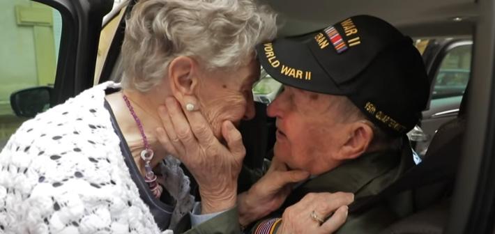 Αμερικανός βετεράνος επανενώνεται με τη «χαμένη» του αγάπη μετά από 75 χρόνια!