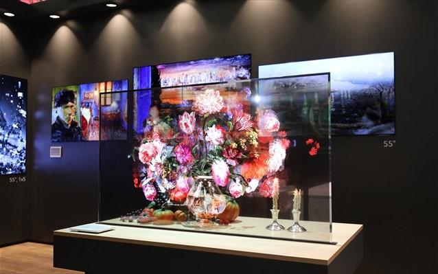Η διάφανη OLED οθόνη που επιχειρεί να αλλάξει τα δεδομένα στην ψηφιακή σήμανση