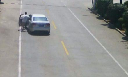 Άντρας σώζει παιδιά σε αυτοκίνητο που κυλάει χωρίς οδηγό