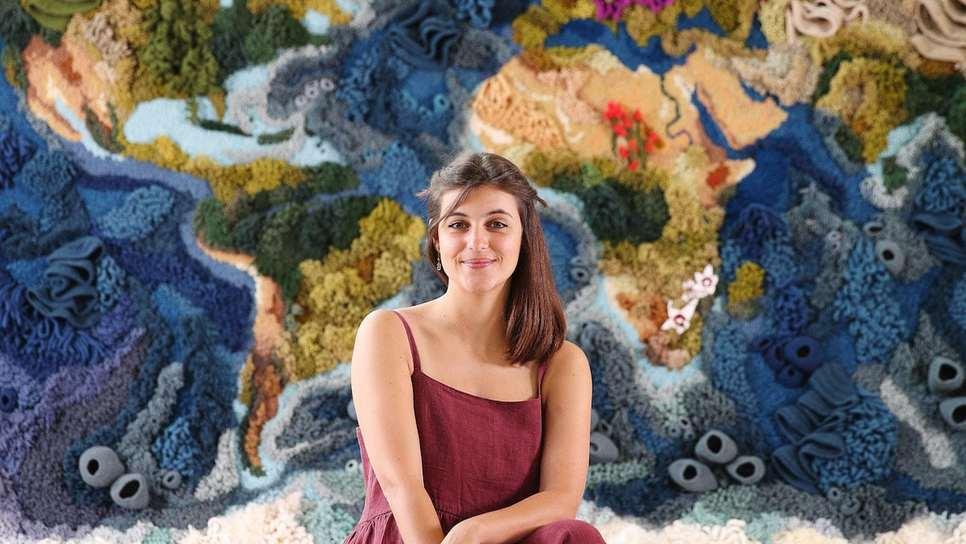 Μια εικαστικός δημιούργησε ένα υπέροχο υφαντό μήκους 6 μέτρων που απεικονίζει τον παγκόσμιο χάρτη