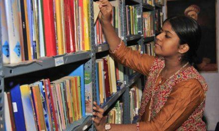 12χρονη Ινδή δημιούργησε μια ελεύθερη βιβλιοθήκη για άπορα παιδιά