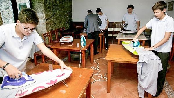 Καταρρίπτει τα στερεότυπα: Ισπανικό σχολείο οργάνωσε μαθήματα οικοκυρικών μόνο για αγόρια