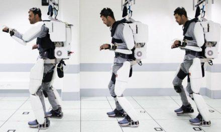 Παράλυτος άνδρας περπατά ξανά με ρομποτικό εξωσκελετό που κινεί με τη σκέψη του