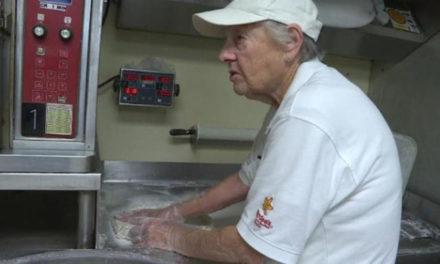 Μια 83χρονη υπάλληλος εστιατορίου προσφέρει καθημερινά μπισκότα και καλοσύνη!