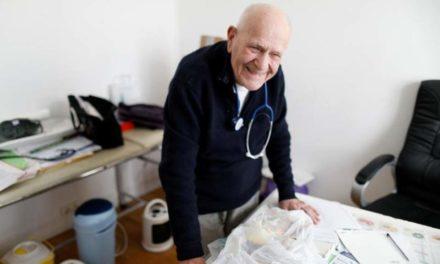 Γιατρός 98 ετών στη Γαλλία αρνείται να βγει στη σύνταξη