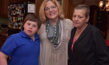 Μια δασκάλα υιοθετεί έναν μαθητή με σύνδρομο Down μετά τον θάνατο της μητέρας του
