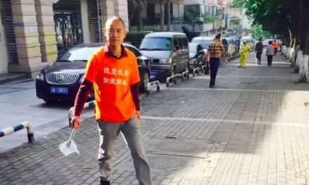 Zhong Congrong : Ο εκατομμυριούχος που μαζεύει τα σκουπίδια από τους δρόμους της πόλης του