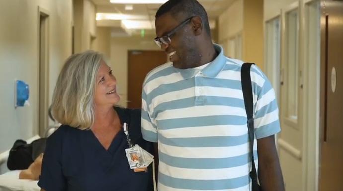 Νοσοκόμα υιοθετεί έναν 27χρονο και του δίνει τη δυνατότητα να μπει στη λίστα μεταμοσχεύσεων και να έχει μια δεύτερη ευκαιρία στη ζωή